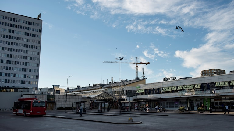 Bussplanen framför tunnelbanan i Högdalens centrum   Foto: Izabelle Nordfjell / TT / kod 11460