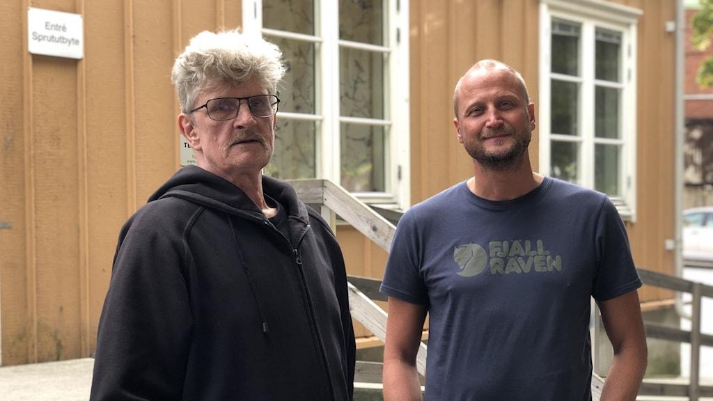 Niklas Eklund och Martin Kåberg står utanför Sprututbytet i Stockholm.