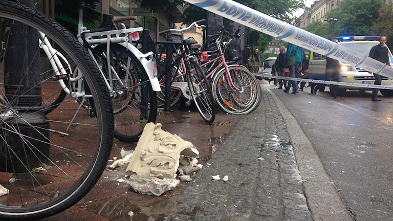 Delar av en husfasad har rasat på Stureplan. Foto: Maria Jansson/SR