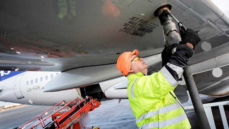 Flygplan tankas med biobränsle.