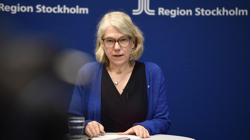 Maria Rotzén Östlund på en presskonferens.