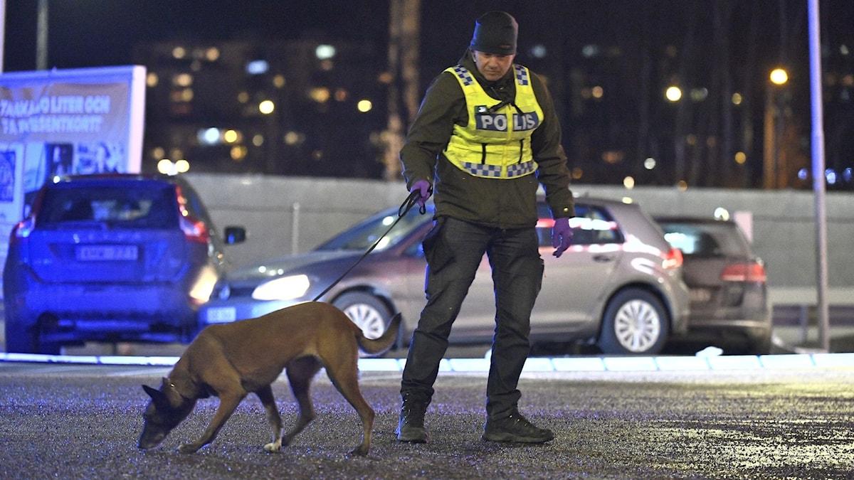 Polis med polishund vid brottsplatsen i Kungens kurva.