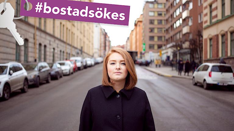 Kajsa står på en gata i Stockholm och tittar in i kameran.