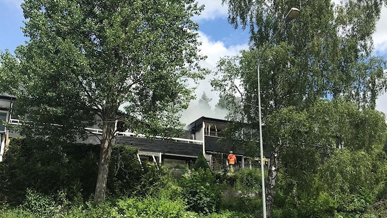 Det brinner sedan 11-tiden i ett radhus i Tumba. Spridningsrisken är stor.