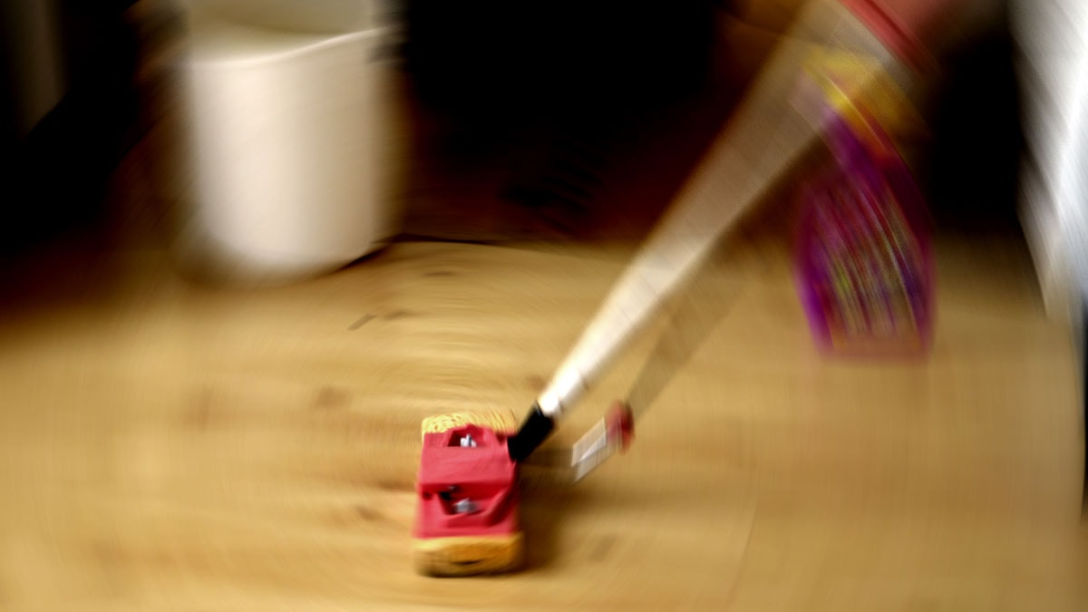 Person som svabbar golv. Foto: Hasse Holmberg /Scanpix.