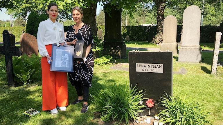 Sara Danius tog emot priset framför Lena Nymans grav i Solna.