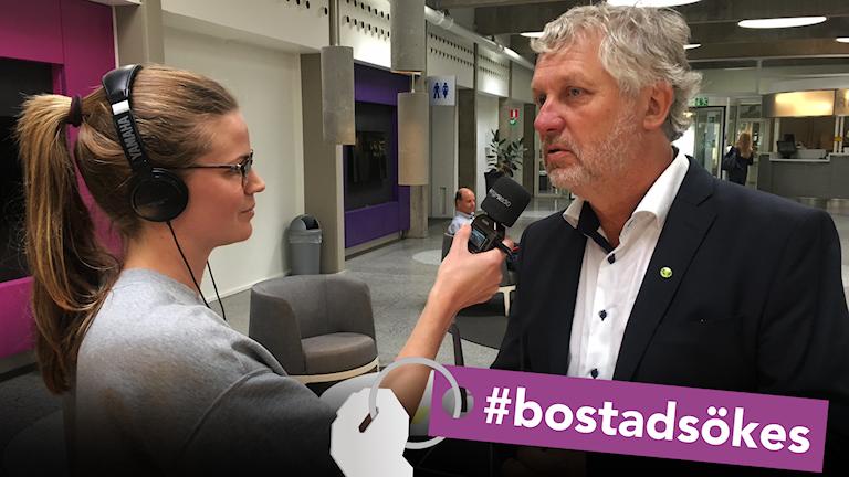 Reporter håller upp bandare och intervjuar bostadsminister Peter Eriksson.
