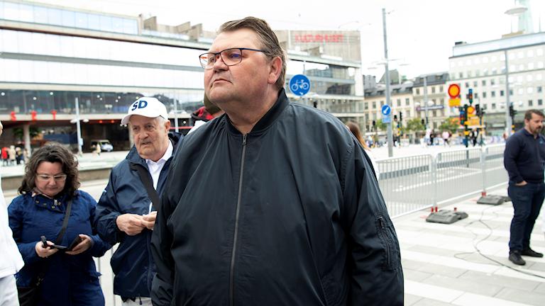 Sverigedemokraternas toppkandidat Peter Lundgren valspurtar inför EU-valet på Sergels Torg i Stockholm.