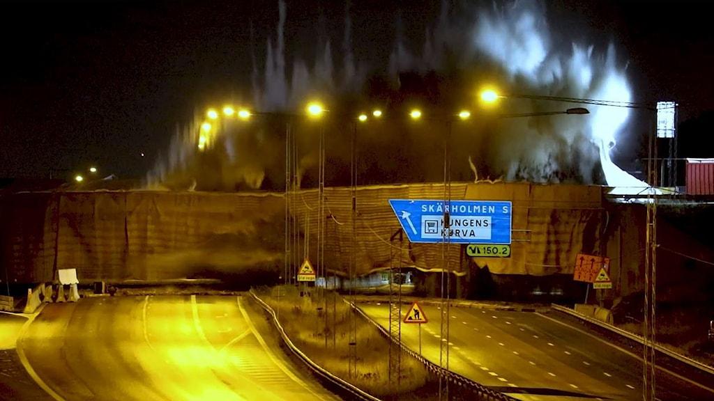 Sprängning av bron över motorvägen mellan Vårby allé och Kungens Kurva-leden natt till söndag.