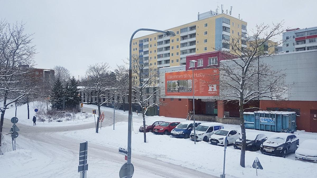 Bilar på en parkeringsplats i Husby i Västra Stockholm