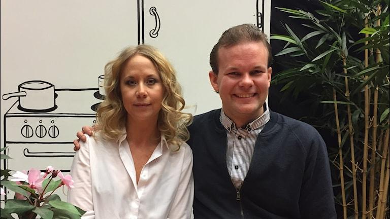 En kvinna i blondt lockigt hår och vit blus hålls om av en leende kille i skjorta.