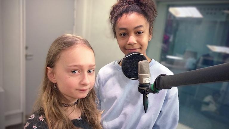 Daria Stawarz och Alicia Reifer som spelar huvudrollerna i Barnkanalens nya podcast Superpodden.