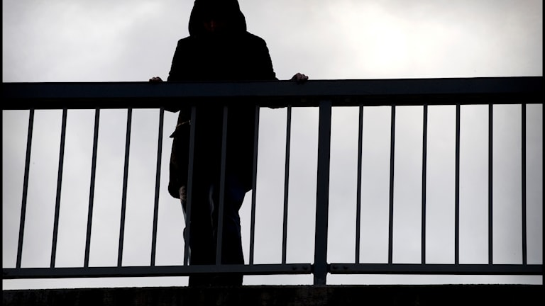 Ung kvinna på bro.