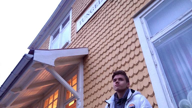 Charlie Bringborn framför stationshuset i Tungelsta.
