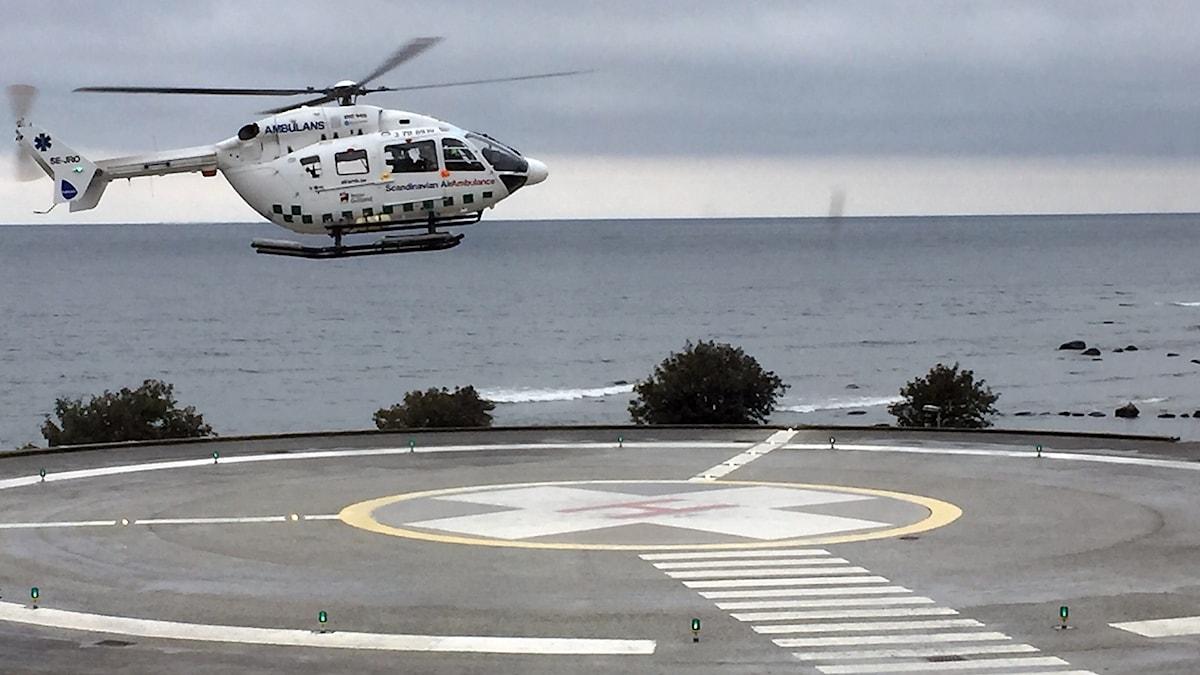 Ambulanshelikopter vid landningsplattan