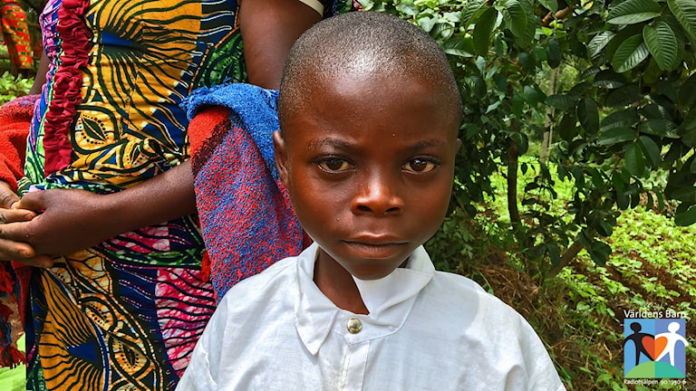 Ett barn som är med i Världens barns projekt i Kongo.