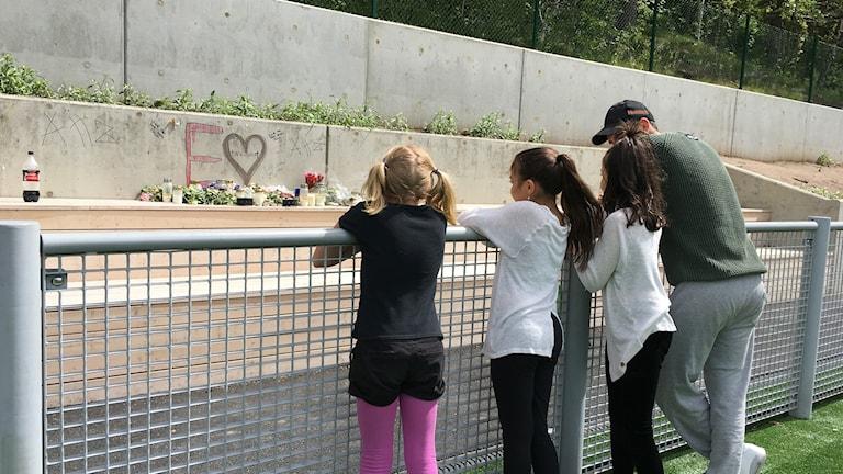 Ungdomar tittar på minnesplats