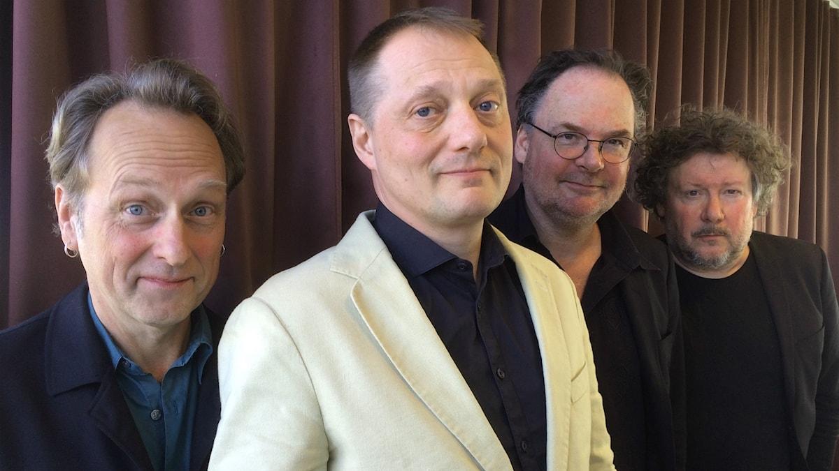 Gruppbild på samtliga bandmedlemmar i Weeping Willows. Från vänster: Ola Nyström, Magnus Carlson, Niko Röhlcke och Anders Hernestam.