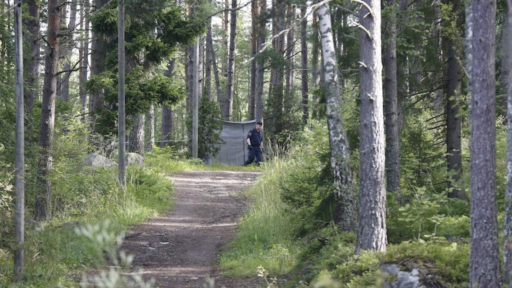 Polis vid joggingspår. Arkivfoto.