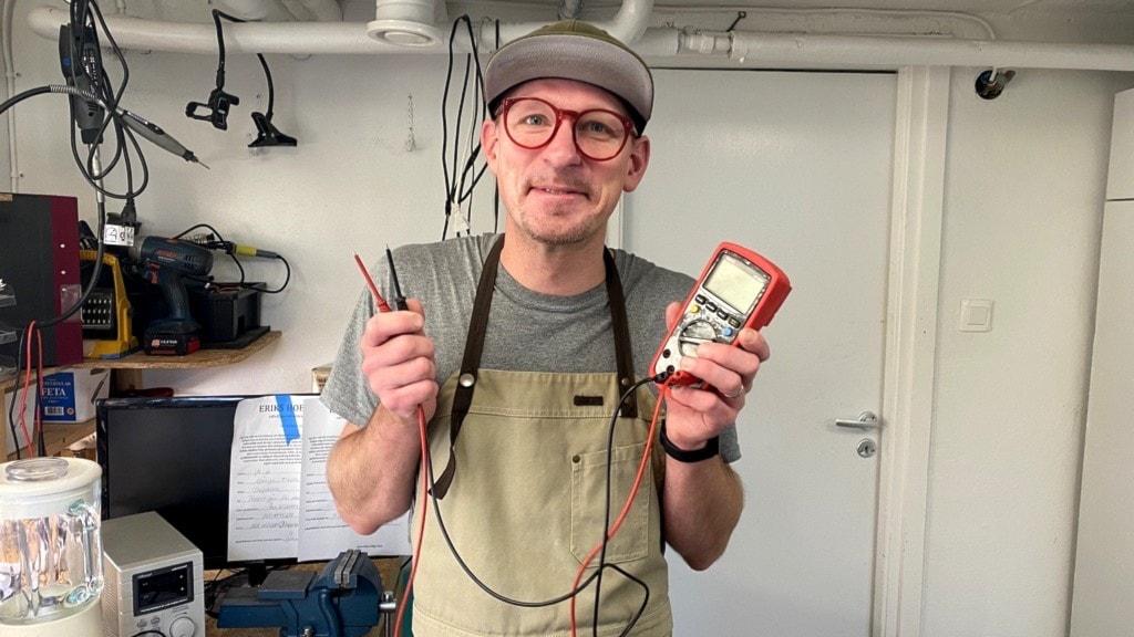 Hemmafixaren Erik Fröderberg med sitt favoritverktyg, multimetern som bland annat kan mäta ström.