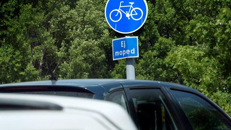 Det har blivit vanligare att bilar parkerar i cykelbanor.