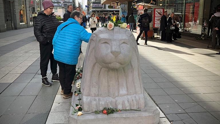 Par lämnar blomma Drottninggatan