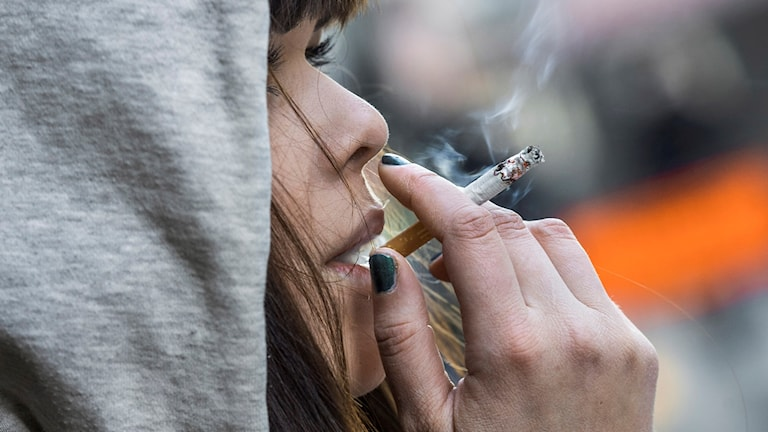 Rökande tonårstjej.