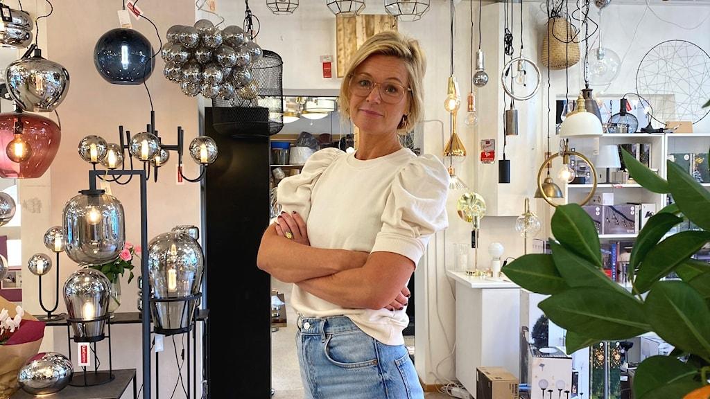 Nina Jonsson i sin lampbutik.