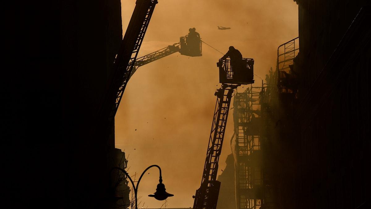 Brand och brandmän vid Stureplan.