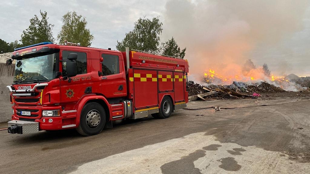 Brandbil framför branden i Kassmyra.