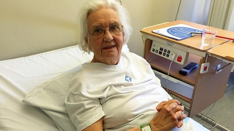 Anna-Lisa vid sjuksängen på Sankt Görans sjukhus.