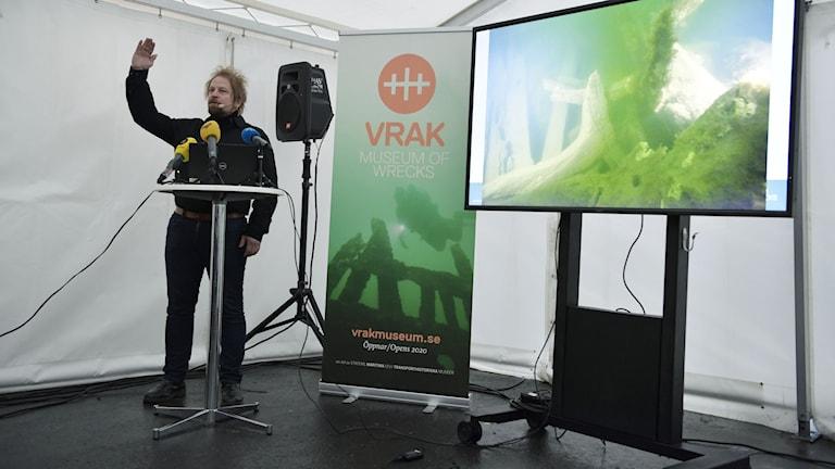 Marinarkeolog Jim Hansson vid Statens maritima museer under fredagens presskonferens gällande vrakfyndet utanför Vaxholm som tros vara ett systerskepp till regalskeppet Vasa