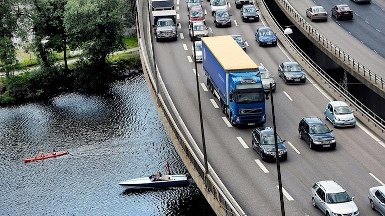 bilar på vägen i Stockholm.