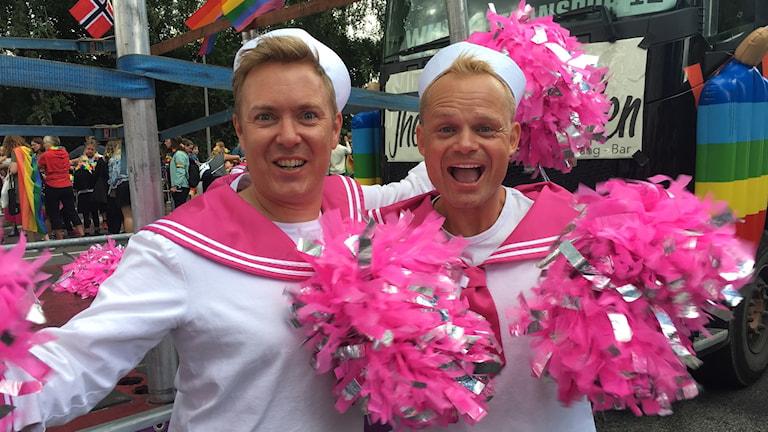 Pyntade på Pride. Torbjörn och Tomas från Oslo Fagottkör. Foto: Midia Saleh/Sveriges Radio