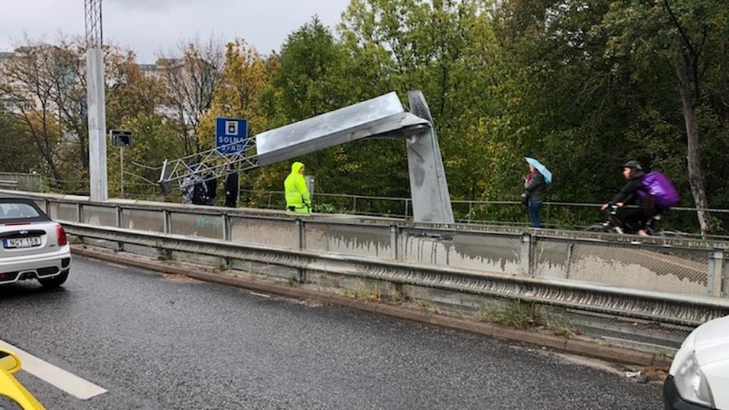 Nedrivna skyltar på Roslagsvägen