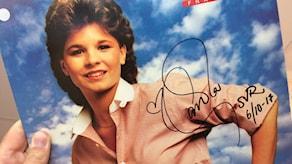 """""""Främling""""-LP:n signerad av Carola för Världens Barn."""