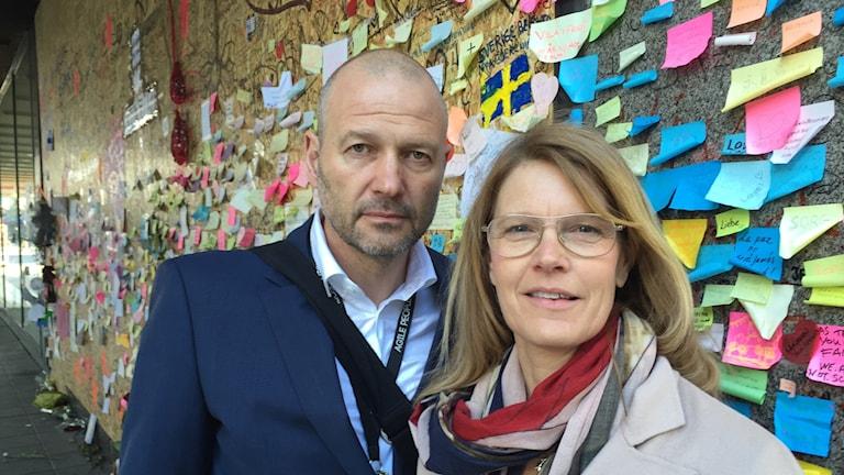 Björn och Cecilia Westerholm utanför Åhléns.