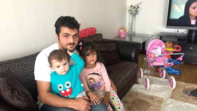 Ahmet med sina två barn hemma i Södertälje.