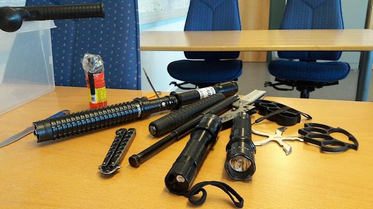 En del av gränskyddets över 5200 beslag av farliga föremål och andra vapen förra året.