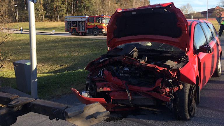 Skadad bil i Märsta.