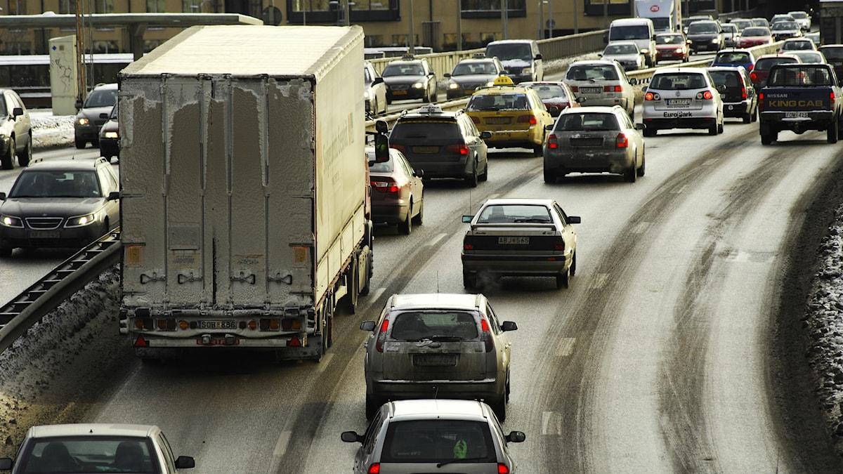 Många tjänstebilar i Stockholms köer
