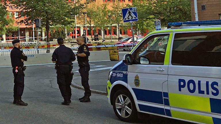 Polisen har många patruller på plats efter skjutningen i Huddinge.