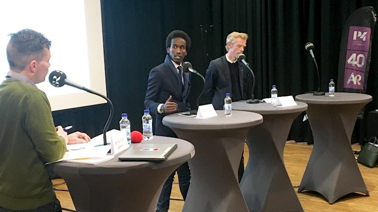 Programledaren Henrik Olsson i samtal med Mohamed Nuur (S), ersättare Spånga-Tensta stadsdelsnämnd och Ole-Jörgen Persson (M), vice ordförande i Spånga-Tensta stadsdelsnämnd.
