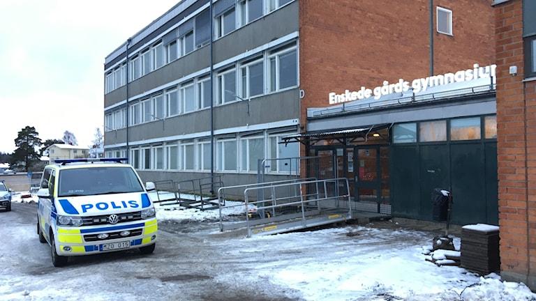 Vid halv ett på onsdagen larmades polis till gymnasieskolan om ett bråk.