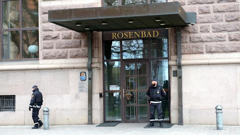 Säkerhetsvakter utanför Rosenbads huvudentré i Stockholm