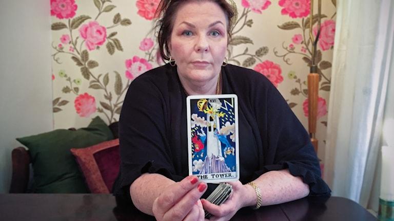 Margareta Hedin spår Twin Peaks med hjälp av tarotkort.