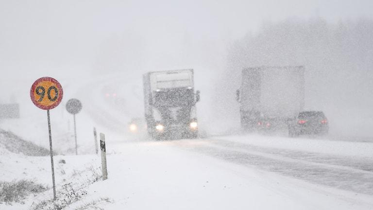 Lastbilar på snöig väg