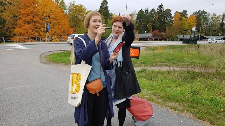 Bibliotekarierna Annette Nordman Alhusaini och Tone Karlsen är på väg till barnfamiljer i Storvreten
