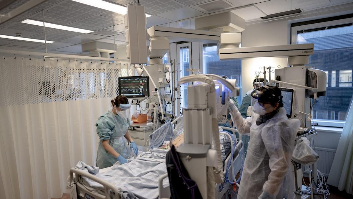 Personal i skyddsutrustning på en intensivvårdsavdelning.