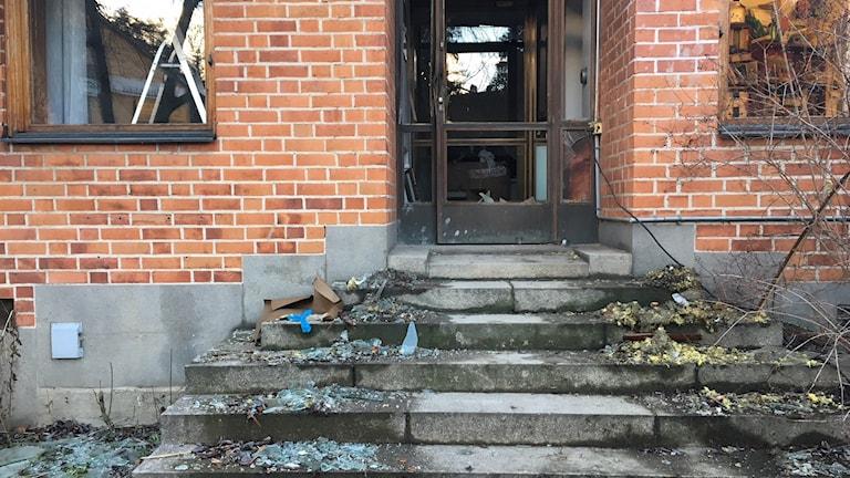Spräningning vid ytterdörr vid Spånga-Kista församling.